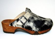 Holzschuh mit Fell offen (Kuhfellclogs)